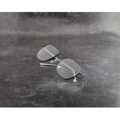 1191T-1 - L'élégance belge pour les « best agers» La marque de montures pour verres correcteurs fondée en 1990 est depuis presque trente ans synonyme de style de vie, d'élégance intemporelle et d'exigences élevées à la belge. Chaque modèle vise à donner en toute discrétion à son utilisateur une note classique, élégante, et souligne avec délicatesse son profil marqué par ses formes claires. Bien que ces modèles soient conçus au départ pour les plus de 55 ans, les nouvelles collections cherchent aujourd'hui également à attirer un groupe cible plus jeune.