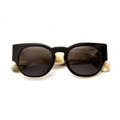 Lunettes de Soleil - Les lunettes de soleil Tom Davies sont faites à partir des matériaux de la plus haute qualité dans le monde. Tom est extrêmement passionné par ses lunettes de soleil et insiste sur le fait d'utiliser que le meilleur acétate, titane pur, argent 925 et corne naturelle pour chacun de ses modèles.   Chacune de nos paires de lunettes de soleil a été inspirées par certaines paires des clients favoris de Tom, il s'intéresse particulièrement à l'individualité et à la personnalité des lunettes de soleil.  Toutes nos lunettes de soleil sont finies avec des verres ZEISS de la plus haute qualité.