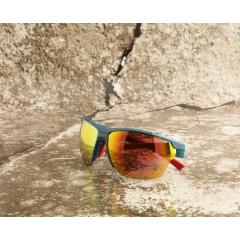 J-SP301-006 - De la performance visible Nos yeux doivent accomplir un effort exceptionnel quand il s'agit du sport dans le domaine de l'outdoor. Il faut alors des lunettes tellement spécialisées qu'elles vous soutiennent et vous donnent même un avantage compétitif. Les modèles Jill Sport sont surtout réputés pour leur côté fonctionnel, leurs innovations technologiques et leur design hautement sophistiqué. La perfection de l'ajustement et le confort optimal sont autant de priorités qui permettent d'obtenir des lunettes ultralégères, sans points de pression et qui ne glissent pas. Pour le sportif, un gage de sécurité qui peut faire toute la différence au moment décisif. Et ça, Christoph Strasser l'a bien compris. Sextuple vainqueur de la « Race Across America », ce cycliste professionnel soumet chaque paire de Jill Sport qu'il porte aux pires épreuves.