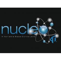 Nucleo 4D - Le Nucleo 4D est un verre progressif au design innovant. Sa surface avant unique associée à une technique de calcul améliorée offre encore plus de solutions pour répondre aux besoins des porteurs de notre monde.  Dans chaque zone du verre, la base optique est idéale, elle correspond à l'amétropie du porteur.   La courbe de base du Nucleo 4D augmente continuellement de haut en bas lorsque vous regardez. Cette méthode de surfaçage améliorée donne à chaque zone de visualisation une courbe de base adaptée à sa fonction. Cette courbe croissante définie par un «Empilement de sphères» est une caractéristique unique au Nucleo 4D.