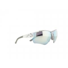 J-SP302-019 - De la performance visible Nos yeux doivent accomplir un effort exceptionnel quand il s'agit du sport dans le domaine de l'outdoor. Il faut alors des lunettes tellement spécialisées qu'elles vous soutiennent et vous donnent même un avantage compétitif. Les modèles Jill Sport sont surtout réputés pour leur côté fonctionnel, leurs innovations technologiques et leur design hautement sophistiqué. La perfection de l'ajustement et le confort optimal sont autant de priorités qui permettent d'obtenir des lunettes ultralégères, sans points de pression et qui ne glissent pas. Pour le sportif, un gage de sécurité qui peut faire toute la différence au moment décisif. Et ça, Christoph Strasser l'a bien compris. Sextuple vainqueur de la « Race Across America », ce cycliste professionnel soumet chaque paire de Jill Sport qu'il porte aux pires épreuves.