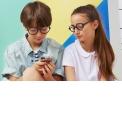 CraZyg-Zag Screen - <p>Depuis toujours, Ki ET LA a pour ambition de proposer des accessoires de qualité permettant de protéger les enfants.<br /> Pour le lancement de nos lunettes CraZyg-Zag dédiées aux kids et pour répondre à l'évolution de l'usage des écrans par les jeunes enfants, il nous paraissait évident de proposer à la fois une gamme SUN et une gamme SCREEN. Et comme la haute protection demeure notre priorité, nos lunettes filtrent jusqu'à 50% de la lumière bleue nocive des écrans, tablettes et consoles vidéo. Leur monture bi-matière ainsi que la charnière Zig-Zag extra flexible leur confèrent une grande souplesse pour une manipulation des branches dans tous les sens. Cette nouvelle gamme CraZyg-Zag SCREEN se décline en 2 tailles (6-9 ans et 9-12 ans), 3 formes (RoZZ, PiZZ et BuZZ) et 3 coloris (Pink, Black, Ekail).</p>