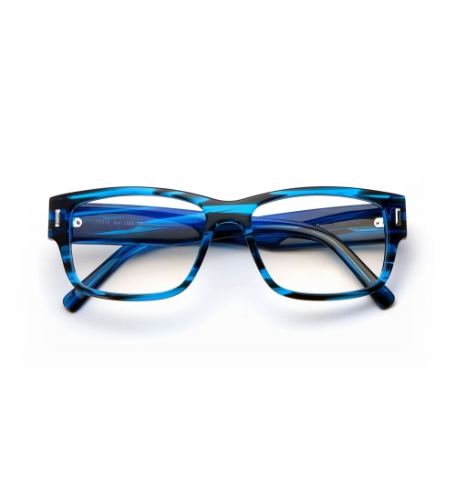 Acétate - L'acétate est l'un de nos matériaux de base. Après des années d'essai sur différentes versions, Tom a créé un acétate de qualité première en utilisant une haute concentration de pâte de bois dans sa structure de base. Cela garantit que le matériau soit résistant plus longtemps, en gardant sa bonne forme et en évitant les éraflures.  Afin de créer nos montures en acétate, nous avons besoin d'artisans qualifiés. Chaque paire de lunettes a besoin de 24 heures de lustrage : premièrement dans une machine spéciale pour le polissage suivis d'un lustrage plus détaillé fait main. Ce haut niveau de savoir faire inclus dans nos modèles et l'attention du détail est ce qui fait que nos montures en acétate sont à part des autres.
