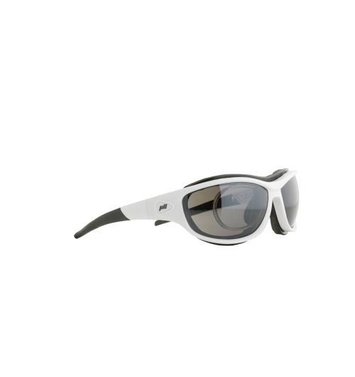 J-SP105-018 - De la performance visible Nos yeux doivent accomplir un effort exceptionnel quand il s'agit du sport dans le domaine de l'outdoor. Il faut alors des lunettes tellement spécialisées qu'elles vous soutiennent et vous donnent même un avantage compétitif. Les modèles Jill Sport sont surtout réputés pour leur côté fonctionnel, leurs innovations technologiques et leur design hautement sophistiqué. La perfection de l'ajustement et le confort optimal sont autant de priorités qui permettent d'obtenir des lunettes ultralégères, sans points de pression et qui ne glissent pas. Pour le sportif, un gage de sécurité qui peut faire toute la différence au moment décisif. Et ça, Christoph Strasser l'a bien compris. Sextuple vainqueur de la « Race Across America », ce cycliste professionnel soumet chaque paire de Jill Sport qu'il porte aux pires épreuves.