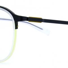 Collection Öga - 10122 - Le nouveau concept de la collection Öga saura ravir les porteurs les plus exigeants : des lunettes au style contemporain aux lignes fluides voire épurées. Mais ne vous y trompez pas : derrière cet air faussement sage, Morel propose ici des montures élaborées et techniques. Un véritable hommage au design fonction, qui fait partie intégrante de l'ADN de la collection Öga.   A l'instar de son porteur, le style des dernières créations de la collection Öga se veut affirmé, faisant l'apanage d'une mode masculine premium et intransigeante. Assurément, les plus avertis seront les plus à même d'en apprécier la technique et le design recherché.  Impossible de rester impassible devant le travail extrêmement recherché du nouveau concept de la collection Öga. Le design intelligent des lunettes attire l'œil et dévoile un jeu de matériaux savamment maîtrisé.   Sur l'arcade en métal vient se fixer un cercle en acétate, soutenu par deux fils nylon. Une construction ingénieuse, où le métal tantôt mat, tantôt brillant, contraste merveilleusement avec des acétates mats ou translucides.   Les fils nylon, à raison de deux par œil, jouent les double-emplois : ils sont le point final d'un assemblage recherché, tout en jouant la carte de la couleur. Un montage ingénieux, qui permet d'apporter des touches de couleur lumineuses.   Si la face et l'allure globale de la monture offrent un spectacle saisissant pour les adeptes des designs pointus, la créativité s'invite jusque sur les branches.  Les charnières, ajourées, laissent entrevoir une fine lame colorée qui réveille le look des lunettes. Les lignes architecturales de cette charnière invitent à la curiosité, comme une fenêtre ouverte sur le travail de recherche du designer.