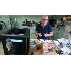 Formation aux techniques de fabrication  manuelle d'une paire de lunettes en acétate de cellulose - A l'ère du numérique, il est toujours possible de façonner une monture entière à la main.  Façonnage d'une monture : -Comment créer une collection non imposée (monture équilibrée) -Dessiner une monture simple ou complexe à main levée et sur logiciel de CAO adapté -Découper un modèle (face & branches) à la scie et à la CNC -Façonner la face et les branches -Poser des charnières à chaud ou à rivetter avec le bon angle pentoscopique -Assembler la face et les branches et faire le raccord face et branche -Ponçage et polissage selon différentes techniques -Rhabillage et finition de la monture  Techniques de décoration : -Collage d'acétate à froid -Collage d'actéate à chaud -Collage décoratif (insertion de tissus ou autre) -Gravure sur plexiglass -Pose de starss et de calottes -Pose de résine -Marquetterie -Teintures de l'acétate  Visites d'entreprises : Différents fournisseurs de matières et composants.  Il est également possible de découvrir les techniques de fabrication des ornements de coiffure ainsi que des bijoux en acétate.