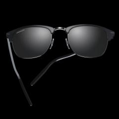 ALRAY - Tout comme Bonnie and Clyde, ALRAY est le pendant masculin d'AURORA. Cette monture classique des années 50 est un exemple de modernité chic avec son mélange d'acétate et de métal et ses caractéristiques signature : un motif gravé sur le pont et des inserts en métal sur chaque côté des verres, donnant une touche masculine et charismatique à cette forme classique.   ALRAY offre la technologie de verre haute performance de Serengeti®) qui s'adaptent à toutes les conditions de luminosité et améliorent les couleurs et les contrastes pour offrir la meilleure vision possible.   Disponible à la vue.