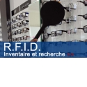 inventaire RFID - <p>L'une des taches les plus fastidieuses au sein d'un magasin est l'inventaire de fin d'année. Lors de cet événement, la totalité du stock d'un magasin doit être comptabilisée, afin de statuer sur sa variation. Il peut arriver que des produits manquent à l'appel par rapport au stock théorique (produit défectueux, volés, ou perdus), ajoutant sa part d'inconnue à l'opération.</p> <p></p> <p>La technologie RFID permet de faire figurer, au sein d'un tag RFID, les informations concernant un produit donné, de façon à pouvoir ultérieurement le détecter avec une antenne, et ainsi statuer sur sa présence ou non au sein du magasin.</p> <p>La RFID permet entre autres, d'effectuer un inventaire ou des recherches de montures, de façon très rapide et efficace. Ex. 20' à une personne pour 2000 montures.</p>