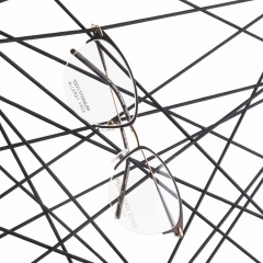 1083T-2 - <p>Ce modèle Nylor se distingue par des techniques de fabrication sophistiquées. Le contour est réalisé en une seule pièce, l'acétate et le titane se complètent à merveille dans les branches. Le brun chocolat et le doré donnent une note élégante à ce modèle ultra-léger.</p>