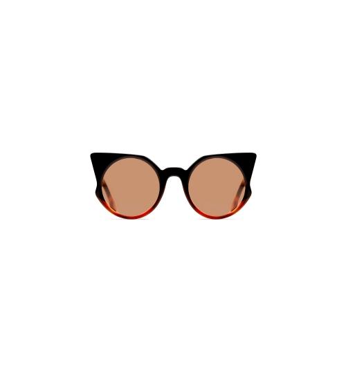 Essedue Lunettes de soleil et lunettes de soleil italiennes - Mission  • Dessiner et réaliser, à l'intérieur de l'usine italienne d'Essequadro Srl, lunettes à haute teneur artisanale que tout le monde peut faire l'usure, qui sont parfaitement résistantes, confortables et qui combinent la recherche de couleurs exclusives à la particularité des détails novateurs.  • Assurer une relation privilégiée avec ses clients, qui est un actif corporatif qui reflète le style de la famille propriétaire, qui a plus de quarante ans d'expérience dans le domaine de l'optique.