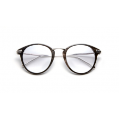 Corne - Le designer de lunettes sur mesure, Tom Davies, dévoile sa dernière collection en corne naturelle pour la saison automne-hiver 2019. Cette nouvelle collection est inspirée de certaines de ses formes et styles d'acétate prêt-à-porter les plus vendus.  La corne est le matériau parfait pour ceux qui souhaitent un modèle luxueux mais préfèrent un look plus moderne et plus modéré. Ce matériau est spécial pour beaucoup de raisons : non seulement il est d'origine éthique et durable sur un plan environnemental, mais il est aussi 100% hypoallergénique, ce qui donne un matériau parfait pour ceux qui ont une peau sensible.    Jamais deux montures sont identiques : elles sont aussi singulières qu'une empreinte digitale. Les clients qui choisissent des montures en corne peuvent être certains que leur paire de lunettes sera unique, faite juste pour eux.   Nos montures de corne sont composées de fines tranches de corne superposées laminées avec des feuilles de fibre de carbone entre les cornes. Le résultat est une collection frappante et légère de lunettes de vue et de soleil avec des montures élégantes et faciles à porter.