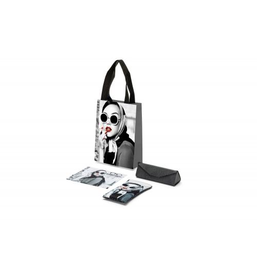 Accessoires sur mesure pour l'opticien - Une famille de produits composée de sacs, d'étuis souples ou rigides et de microfibres avec impression quadrichromie spécialement créée pour vous, vous permettant de développer une  communication exclusive  propre à votre image.