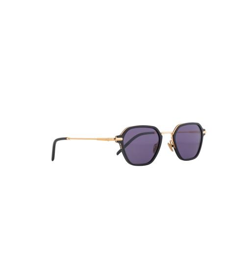 JBF124-1 - Les looks d'une icône du sport Le défenseur allemand et champion du monde de football Jérôme Boateng a été élu en 2015 par la revue GQ « Most Stylish Man » (homme le plus stylé) d'Allemagne. Enfant, Boateng, qui était myope, détestait ses lunettes ; mais en 2016, il fit un atout de sa faiblesse oculaire. Dans ses collections unisexes, l'icône du sport témoigne depuis lors de sa grande sensibilité pour le design et les tendances actuelles. Dans sa toute dernière collection, Boateng nous propose une triple déclinaison sur le thème de l'or : clair, jaune standard et rosé, tous se mêlent en autant de combinaisons chatoyantes.