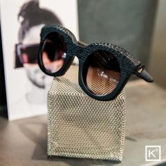 K3 Eyewear - Les lunettes K3 sont des lunettes de soleil et des montures optiques à forte personnalité, dont les formes, la finition et les volumes sont l'expression visible d'une forte individualité et d'une humeur personnelle.  Le style est caractérisé par des caractéristiques claires avec différents niveaux d'accentuation, en fonction des modèles, des matériaux et des utilisations.  Les finitions superficielles raffinées, les éléments décoratifs inhabituels insérés de manière primitive et irrégulière confèrent encore plus de caractère aux produits de l'artisanat italien unique.