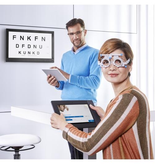 EYEGENIUS - Hoya EyeGenius est un dispositif d'examen visuel totalement innovant mettant en oeuvre une méthode inédite développée par Hoya pour mesurer et compenser les disparités de fixation. A partir d'une procédure de test interactive, le système implique directement le porteur, offrant un niveau d'engagement et une fiabilité inégalés. Désormais la solution la plus rapide du marché, Hoya EyeGenius fournit une prescription prismatique optimale, lorsqu'elle le nécessite, en moins de dix minutes.  Une gamme complète de verres Hoya EyeGenius vous permet de corriger la disparité de fixation avec un niveau d'adaptation optimal.  Ainsi, Hoya vous apporte un système d'examen visuel complet, de la réfraction à la prescription exacte des verres les mieux adaptés.